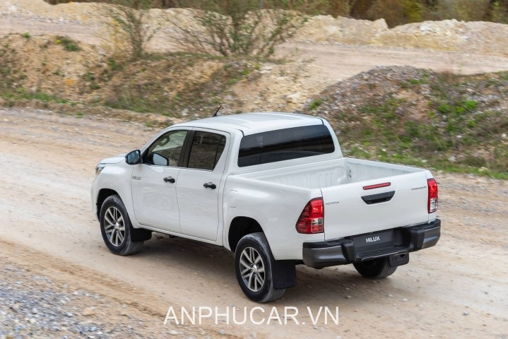 duoi xe Toyota Hilux 2020